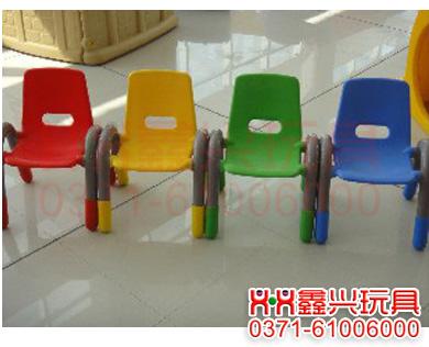 全塑料豪华椅-幼儿园桌椅-<a href=http://www.zzxxwj.com/ target=_blank class=infotextkey>幼儿园玩具</a>.jpg